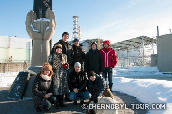 Группа туристов около Саркофага ЧАЭС